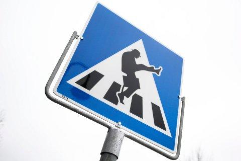 UVIST: Mange har tatt «Silly walks» over gangfeltet i Ørje, men det er fortsatt usikkert hvor lenge skiltet får stå.