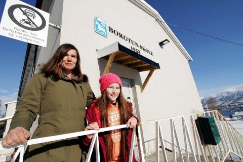 SENDTE BREV: Hedda Ballovara Olufsen (10) mener Borgtun skole trenger hjelp. Her sammen med rektor Pia Elverøy.