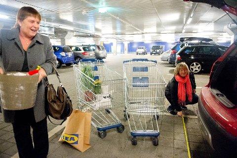 Helma Flolid (t.v.) og Anita Tofting tror begge at parkeringsplassen på Ikea er bredere enn det den egentlig er. - Jeg synes det er bra med plass her, men noen steder er det ganske smalt, sier Flolid til BA.