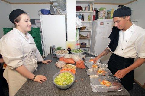 Kokkeelevene Tina Bakkevoll og Alexander Soleng Andersen fra Breivika videregående
