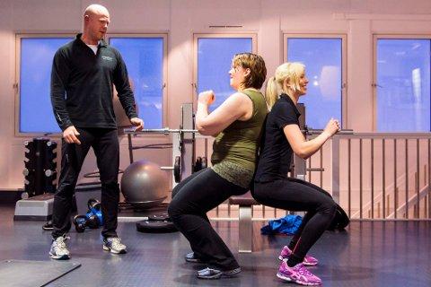 Må stå på. Trond Chitussi er personlig trener og livsstilscoach. Her motiverer han Camilla Slettnes og Linn Charlotte Kaspersen til å yte det lille ekstra.