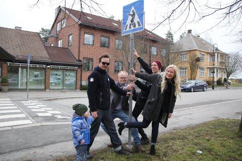 OPPMERKSOMHET: Lars Oscar Sæther, Tore Robert Klerud, Vegard Brandt Slevigen og Ruth Vaaler Thorvaldsen i Kreativiteket gleder seg over all oppmerksomhet de har fått for skiltet.