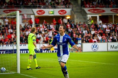 MÅL: Martin Wiig scorer enda en gang mot FFK på Fredrikstad stadion. Her i eliteseriekamp i juni 2011. Men det endte 1-1. I bakgrunnen fortviler nåværende Bodø/Glimt-keeper Lasse Staw.