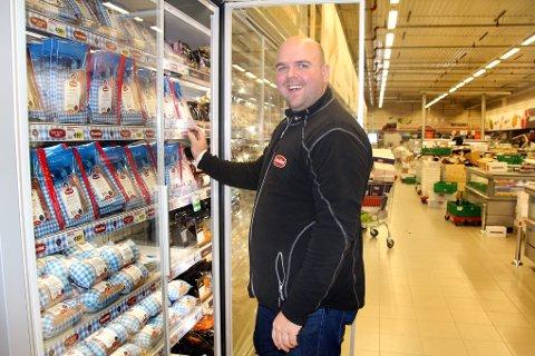 Morten Sæther fra Aron Mat skryter av nybutikken.