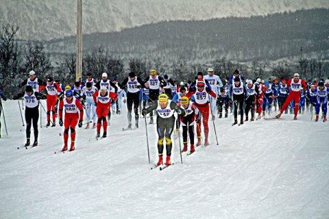Kvaløya Skimaraton 25.02.2012.  Andreas Nygaard (midten, gul lue) i aksjon under tidenes første Kvaløya skimaraton