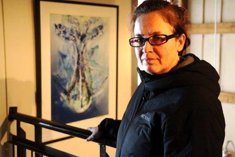 DOBBEL: Silvia Martinez sitter i styret i Tromsø Open, og stiller også ut sin kunst på gamle Driv. Hun nyter Tromsø Open-dagene, og mener festivalen knytter bånd både mellom kunstnerne og mellom kunstnere og publikum.