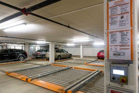 PÅ SKINNER: I anlegg på ett plan flyttes p-plassen på skinner. Bilene kjører inn fra samme side. På den måten er det plass til tre bilrekker i parkeringskjelleren i Gamleveien 80.FOTO: GEIR EGIL SKOG