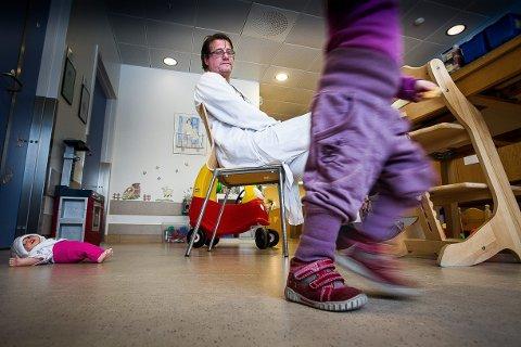BARNAS HJELPER: Seksjonsoverlege på barne- og ungdomsklinikken ved Ahus, Reidar Due, ser barn som har blitt påført skader etter vold fra foreldre og foresatte. Foto: Kay Stenshjemmet