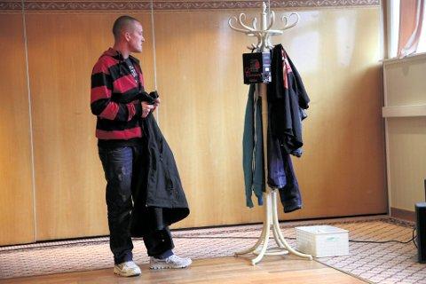 Teater Avvik lager teater om en gutt, Rikard, som vokser opp med en mor som drikker.