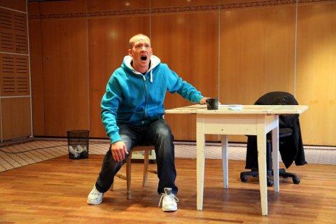 Tobias Vik leverer en sterk monolog som berørte erfarne fagfolk torsdag. Forestillingen har premiere 25. september.