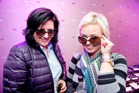 Marianne Støldal Horvei og Irene Vinje Steinslid ser etter solbriller som de føler seg vel i, og som sitter godt på. Her har de funnet hver sitt par med Gucci som de ikke tørr å sjekke prisen på.