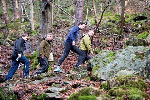 Byråd Dag Inge Ulstein og helseminister Bent Høie i Stoltzekleiven sammen med byfjellsforvalter, Jan Robert Brandsdal (tredje fremst) tidligere i år.