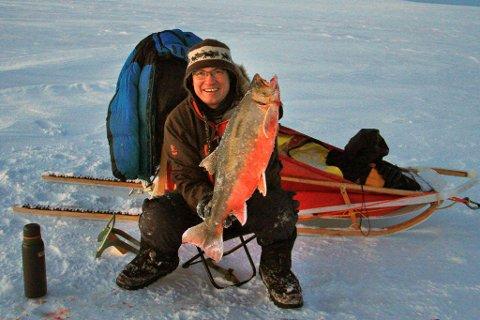 REKORDRØYA: Det er ikke mange som kan skryte av at de har fått en røye på 5,7 kilo, men Arnt Jensen har allerede begynt å sikte seg inn mot sekskilosgrensen, som betyr at han må investere i et bredere isbor.