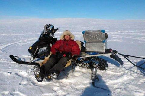 LYKKE PÅ ISEN: Jens Nilsen i sitt rette element på jakt etter det røde gullet under isen.
