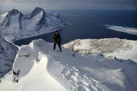 Paradis. Børge Ousland har funnet sitt paradis i Steigen. Her er han på toppen av fjellet Hattmannen. Foto: Privat