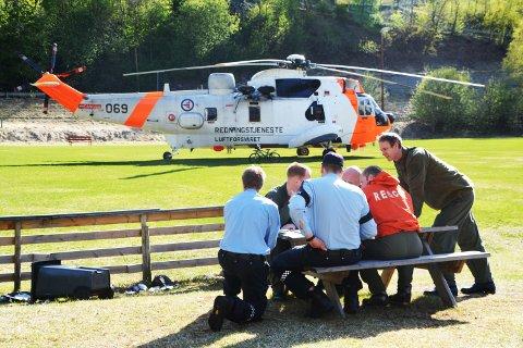 Politi og helikoptermannskap legger opp det videre søket etter den savnede.