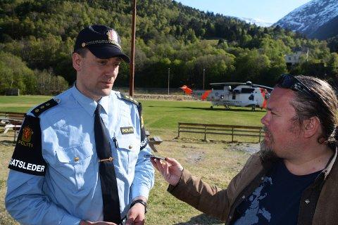 Innsatsleder Lars Olav Melkild intervjues av Adresseavisens Tommy Fossum.