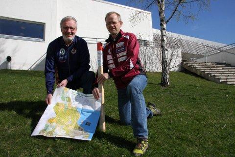 BLI MED: Per Yngve Steinsholt (tv) og Arnfinn Pedersen håper mange vil være med og jakte på stolper i Gjøvik og på Toten utover sommeren. Foto: Kåre Kompelien