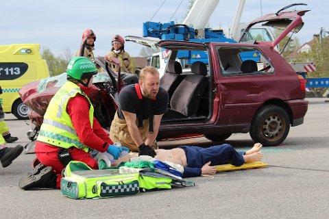 Etter at redningsmannskapet har klipt opp bilen, og fått ut passasjerane, startar dei med livredning. I denne ulykka gjekk det ikkje så bra. Sjåføren døydde av indre blødningar, og likbilen kom like etterpå.