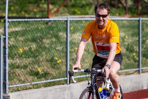 Geir Nygård sette seg på sykkelsetet då han hadde tilbakelagt maratonløpet. Så sykla han heim til Førde.