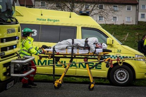 AMBULANSEFAG: Markørar frå ambulansefaglinja i Os sørga for at øvinga vart så realistisk dom mogleg.