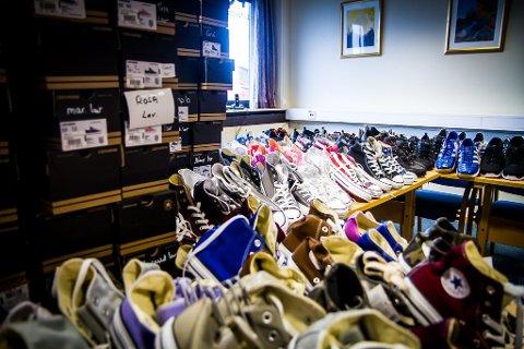 STORT UTVAL: Alle skoa må pakkast opp frå bossekkar og registrerast.