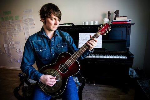 grep om musikken: Musiker Kjetil Steensnæs er fast gitarist i bandet til Bjørn Eidsvåg. Nå er han aktuell på et album med amerikansk folkemusikk i bandet Darling West. FOTO: VIDAR SANDNES
