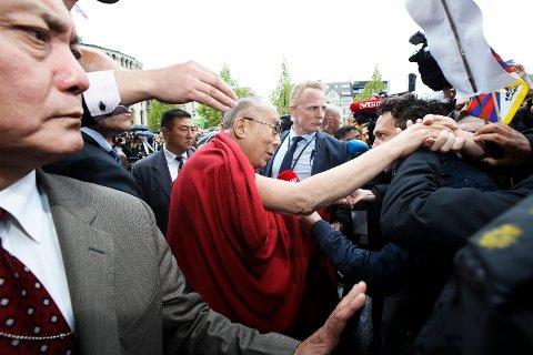 Dalai Lama var forsinket allerede da han kom til Grand, etter å ha snakket lenge med journalistene på Gardermoen.