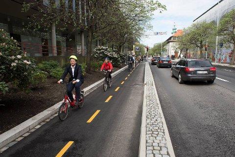 Filip Rygg,  byråd for byutvikling, klima og miljø, åpnet den nye sykkelstien på lånt el-sykkel. Hjelmen er hans egen.