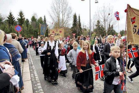Ikke til de gamle: Barnetoget på Årnes rekker ikke å ta turen innom institusjonene på nasjonaldagen.Foto: Tom R. Hæhre