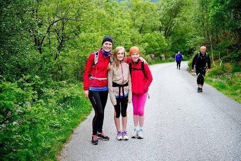 Sølvi Vik med datteren Frøya Torp (13) og niesen Helle Vik Johansen (10). De to jentene gikk syvfjellsturen for første gang.