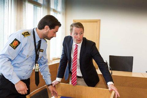 I Retten: Politiadvokat Haris Hrenovica (t.v.) og den ene siktedes forsvarer, Tarjei Ræder Breivoll. Foto: Kay Stenshjemmet