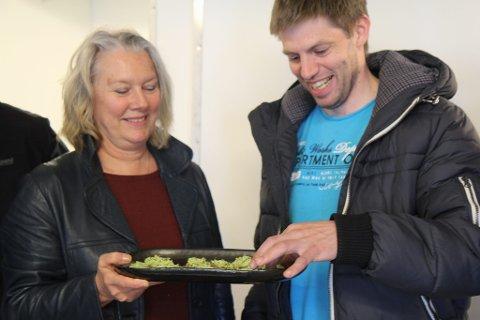 Ruben Fedøy prøversmaker grovt kjennebrød  med pest av tang, noko som vart svært populært blant alle i Seaweed då dei hadde første nettverkssamling førre torsdag. Til venstre Zoe Christiansen.