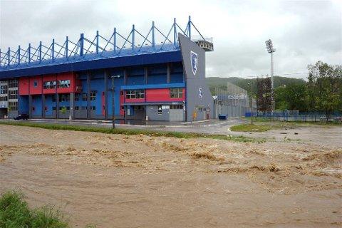 FLOM: Vefsns vennskapsby  Gornji Milanovac i Serbia er hardt rammet av flommen på Balkan. Her ved en idrettshall  i byen. (Foto: Privat)