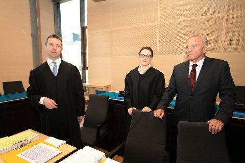 SAKSØKES: Advokat og rettslig medhjelper for Widerøe, Lisa Mattea Elvevold, sammen med flygesjef i Widerøe, Tore Hansen.