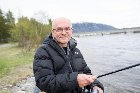 LAKSEHÅP: Per Johnny Vang har fisket i elva i mange år uten hell,men gir ikke opp av den grunn: ? Jeg holder på håpet helt til frifisket er over for i år, sier han.