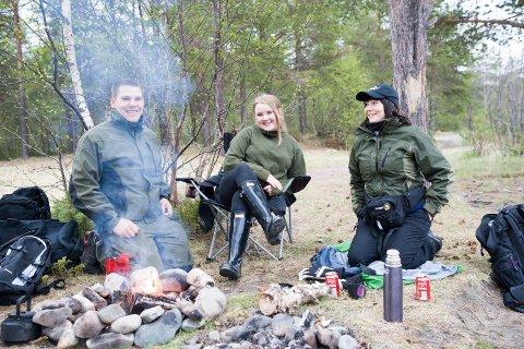 BÅLKOS: Karstein Eriksen (21), Lise Sundelin (20) og Renate Nikolaisen (39) fisket ikke selv, men koste seg med bålet. ? Vi er her som moralsk støtte og for hyggen, sier de.