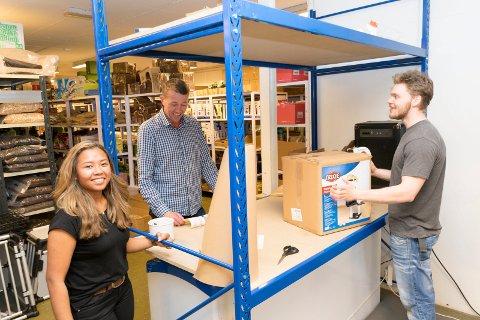 Mook Denice Hagen, pappa Jan Erik Hagen og Marius Haug sender ut et par europaller fulle av pakker på en vanlig dag.