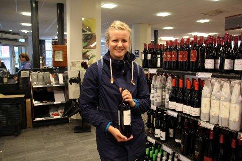Charlotte Tøssebro (21) handlet inn vin før pinsen. For henne er det greit at Vinmonopolet holder stengt.