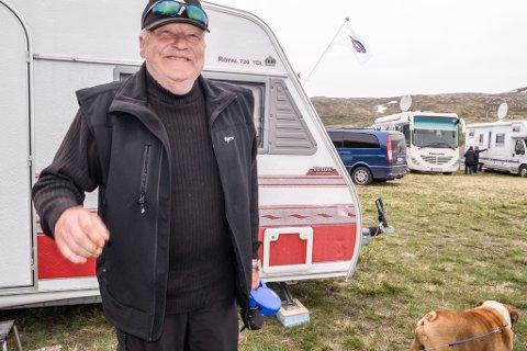 Bjørn Opgaard fra Alta er en av mange caravanister som storkoser seg i helga på pinsetreffet i Kvalsund.