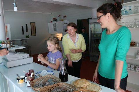 Kristin Søilen (t.h) opna kafeen sin laurdag på Ålhus. Her saman med dottera si Miriam og medhjelpar i butikken, Ingrid Borch- Åmot. I bakgrunnen sonen Kristoffer.