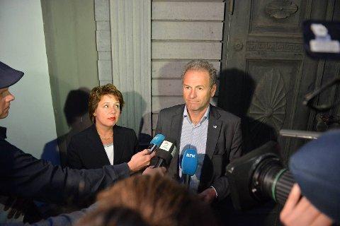 Høyre-toppene Ragnhild Stolt-Nielsen og Dag Skansen møtte pressen ved midnatt. Da hadde det dramatiske, interne Høyre-møtet nettopp blitt avsluttet etter fem timer.