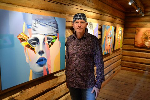 MASKEMOTIV: Nikolai Gorbashow viser både malerier og etsninger på Soli Brug. Her er han foran en serie hvor han har lekt seg med temaet masker.