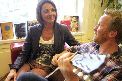 Klare for konsert: Elin Nesvoll Vangsnes er venninne med kona til Jon Endre Røed Olsen. Ut av det oppsto et musikalsk vennskap mellom de to. I morgen kan du høre dem live på intimscenen på Biorama. Foto: Ingunn Larsen