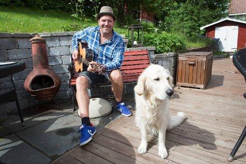 Bjarte Aasmul og familiens kjæredegge, Golden Retrieveren Connie (4), hjemme i hagen på Minde.
