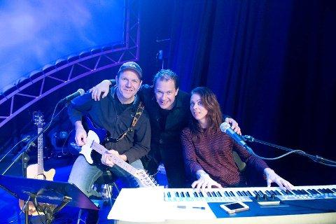 Bjarte Aasmul har spilt gitar på en rekke show og forestillinger og legger ikke skjul på at han stortrives på scenen. Her er han sammen med Bjarte Hjelmeland og Tove Kragset.