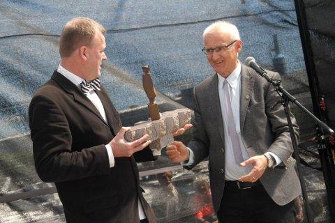 Arnstein Roch Øverland mottar prisen årets Æres Nysgjerring av president i Holmestrand Rotary, Ivar Jon Tunheim. Prisen er en miniatyr av statuen på Fiskebrygga.