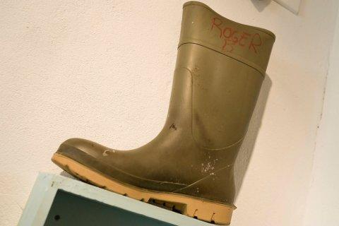 Av 1200 sko funnet i fjæra har denne ene støvelen påskrevet et navn. Hvem er denne mannen, undrer nysgjerrige kunstinteresserte som stopper opp ved denne delen av utstillingen.