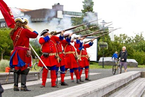 salutt på 13 skudd: På åpningen av Glade dager i Stavern på lørdag. Foto: Peder Torp Mathisen.