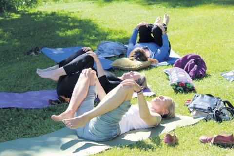 Christina Hjellem leder an yoga-utøverne denne dagen.